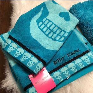 BETSEY JOHNSON SKULL TOWELS/XOXO BATHRUG